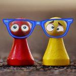 rote und gelbe Spielfigur gucken durch dieselbe Brille